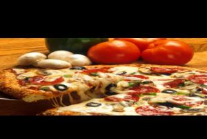 Pizza bien garnie et coupée
