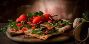 Pizza avec ingrédients frais au dessus